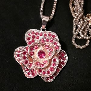 Pretty flower necklace with pink stones
